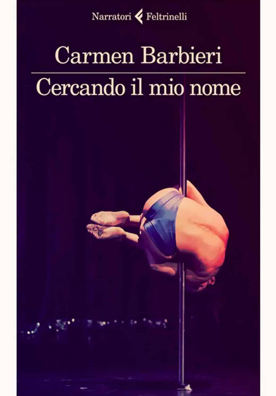 """La cover del libro di Carmen Barbieri intitolato """"Cercando il mio nome"""". La foto mostra un uomo in tensione su una barra di lap-dance con uno slip blu."""