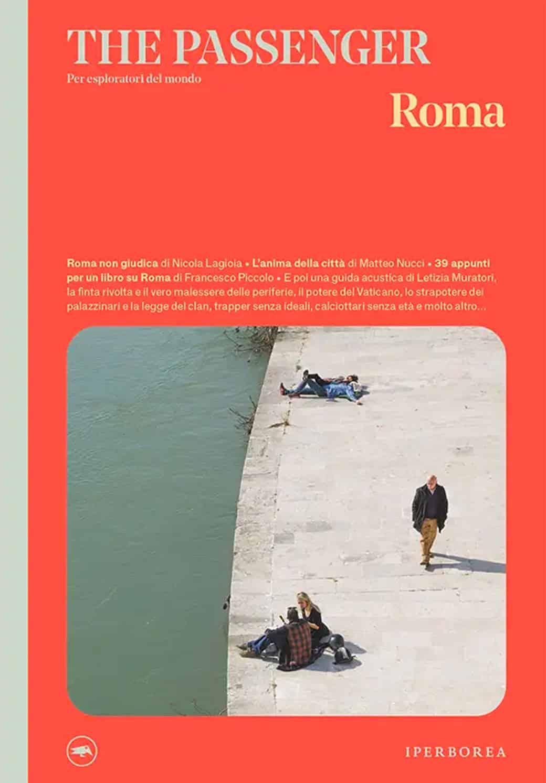 La cover del libro The Passenger Roma. Lo sfondo è colorato arancione e in basso una foto di uno scorcio del lungotevere con persone che prendono il sole.